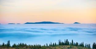 Parte superior das montanhas nas nuvens foto de stock royalty free