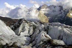 Parte superior de Cáucaso das montanhas Fotografia de Stock