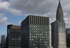 Parte superior de Chrysler e de outras construções do Midtown de Manhattan com obscuridade Imagem de Stock Royalty Free