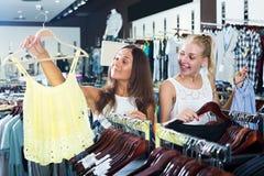 Parte superior de compra de sorriso adulta de duas meninas junto Imagens de Stock