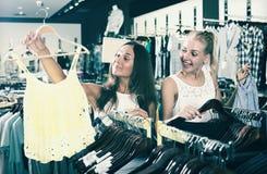 Parte superior de compra de sorriso adulta de duas meninas junto Fotografia de Stock Royalty Free