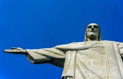 Parte superior de Cristo el redentor en el día soleado con el cielo azul claro profundo, Rio de Janeiro Fotografía de archivo libre de regalías