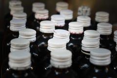 Parte superior de garrafas de óleo alinhadas fotografia de stock royalty free
