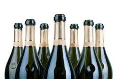 Parte superior de garrafas do champanhe ou do pescoço aberto dos botlles do vinho espumante com etiqueta dourada nas fileiras fun imagens de stock royalty free