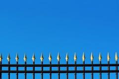 Parte superior de la cerca metálica hermosa vieja con oro Imagenes de archivo