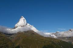 Parte superior de Matterhorn com neve com o céu azul profundo Fotos de Stock Royalty Free