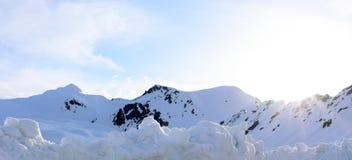 Parte superior de montanhas da neve Fotografia de Stock