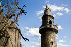 Parte superior de torre perto do monte Imagens de Stock Royalty Free
