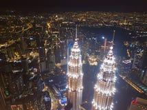 Parte superior de torres gêmeas de Petronas Opinião aérea Kuala Lumpur Downtown, Malásia Distrito e centros de negócios financeir imagens de stock
