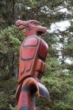 Parte superior de um Totem pólo nas madeiras Fotografia de Stock Royalty Free
