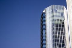 Parte superior de un edificio alto corporativo moderno azul con un diseño rayado Imágenes de archivo libres de regalías