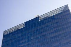 Parte superior de una pared de la ventana de cristal de un edificio de oficinas imagen de archivo libre de regalías