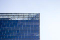 Parte superior de una pared de la ventana de cristal de un edificio de oficinas imagenes de archivo
