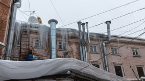 Parte superior del edificio de ladrillo viejo con las chimeneas del cromo y la ha Foto de archivo libre de regalías