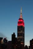 Parte superior del Empire State en la puesta del sol Las luces son colo foto de archivo