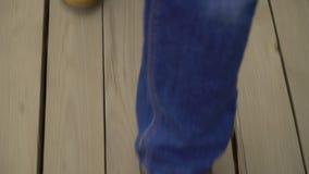 A parte superior disparou para baixo dos pés masculinos que andam no decking de madeira no canteiro de obras filme
