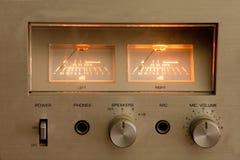 Parte superior do amplificador estereofônico de alta fidelidade do vintage Armário de madeira imagem de stock