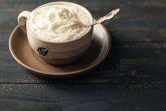 Parte superior do café do cappuccino da vista no foco de madeira da tabela na espuma branca Foto de Stock