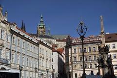 Parte superior do castelo de Praga acima dos telhados no capital de República Checa, Praga Fotografia de Stock Royalty Free