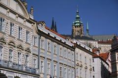 Parte superior do castelo de Praga acima dos telhados no capital de República Checa, Praga Imagem de Stock