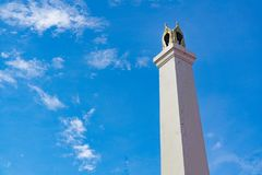 Parte superior do crematório no estilo tailandês e no céu foto de stock royalty free