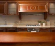 Parte superior do espaço de madeira da tabela e da cozinha imagens de stock