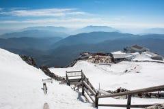 Parte superior do formul?rio da vista de Jade Dragon Snow Mountain com curso dos povos na parte superior da montanha da neve do d fotografia de stock royalty free