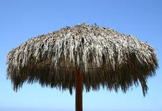 Parte superior do guarda-chuva de praia com o céu azul desobstruído Imagens de Stock Royalty Free