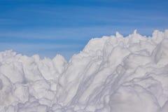 Parte superior do monte da neve com diversos picos e céu azul Imagens de Stock Royalty Free