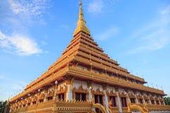 Parte superior do pagode dourado no templo tailandês, Khon Kaen Tailândia Fotografia de Stock Royalty Free