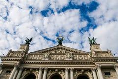 Parte superior do teatro da ópera antiquíssimo de Lviv com esculturas na parte superior Fotografia de Stock