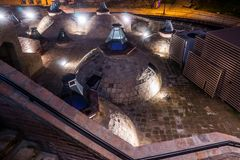 Parte superior do telhado do bathhouse em tbilisi fotos de stock