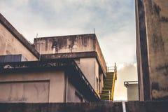 Parte superior do telhado da construção em um por do sol fotografia de stock
