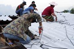 Parte superior do telhado da fixação do trabalhador fotos de stock royalty free