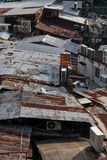 Parte superior do telhado do metal de casas velhas Imagens de Stock