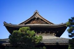 Parte superior do telhado do triângulo do templo japonês Imagens de Stock Royalty Free