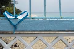 Parte superior dos roupas de banho do ` das senhoras que secam em um terraço da estância de verão Imagem de Stock