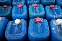 A parte superior dos tambores contém o produto químico no armazenamento químico Fotografia de Stock Royalty Free