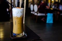 Parte superior fresca do gelado do cappuccino com espuma do leite e pó de cacau d Fotos de Stock Royalty Free