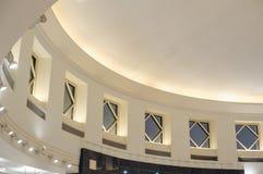 Parte superior interior do teto do detalhe da concepção arquitetónica da construção com w Imagem de Stock