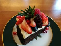 Parte superior líquida com baga da mistura, tempo do queijo do bolo de chocolate do chá Imagens de Stock Royalty Free