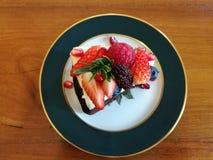 Parte superior líquida com baga da mistura, tempo do queijo do bolo de chocolate do chá Fotografia de Stock Royalty Free