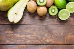 Parte superior madura do cal do quivi da pera do fruto em uma tabela de madeira com lugar para a inscrição imagem de stock