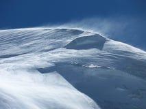 Parte superior nevado da montanha no vento Imagem de Stock