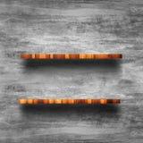 Parte superior vazia da prateleira de madeira com muro de cimento desencapado Fotografia de Stock Royalty Free