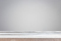 Parte superior vazia da tabela ou do contador de madeira isolada no backgroun branco imagens de stock royalty free