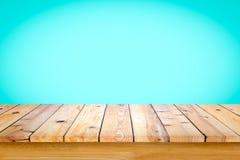Parte superior vazia da tabela ou do contador de madeira no inclinação ciano b fotografia de stock royalty free