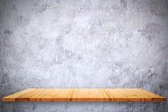 A parte superior vazia de prateleiras de madeira e o cimento desencapado muram o fundo fotos de stock
