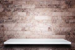 Parte superior vazia de prateleiras de pedra naturais e de fundo da parede de pedra imagens de stock royalty free