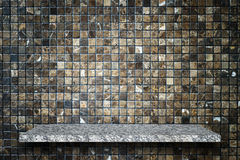 Parte superior vazia de prateleiras de pedra naturais e de fundo da parede de pedra fotografia de stock
